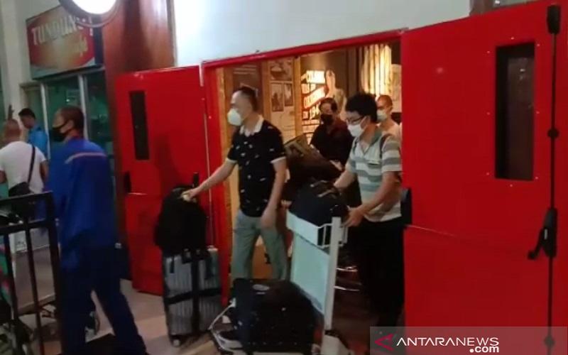 Potongan gambar video TKA RRT yang viral di media sosial dan grup WhatsApp yang keluar dari salah satu pintu di Bandara Haluoleo, Minggu (15/3 - 20) malam. -  ANTARA/Harianto