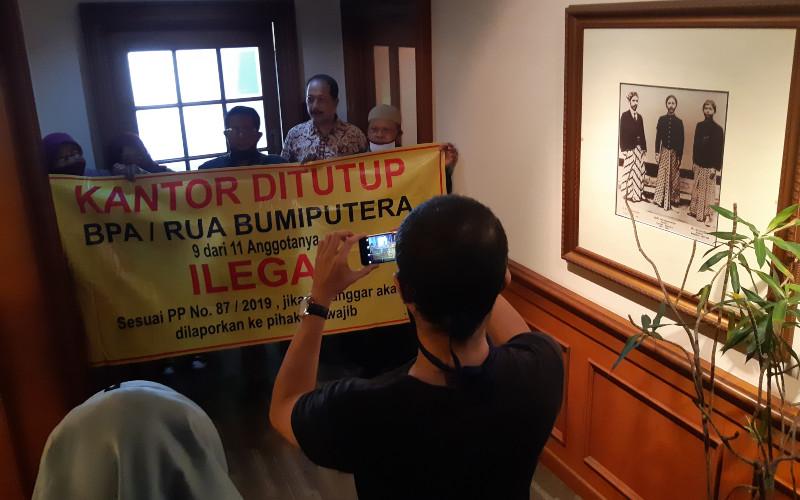 Sejumlah nasabah AJB Bumiputera 1912 mendatangi kantor pusat Bumiputera di Jakarta pada Jumat (26/6/2020). Mereka melakukan aksi penyegelan kantor karena keberatan dengan status BPA dan klaim yang tak kunjung dibayarkan. Wibi Pangestu -  Bisnis Indonesia.