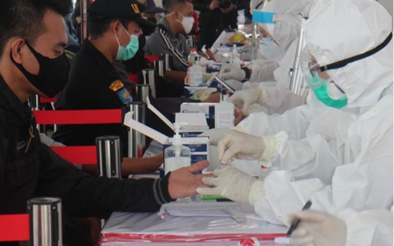 Dokumentasi - Sejumlah warga mengikuti rapid test massal yang digelar Badan Intelijen Negara di wilayah Kecamatan Lakarsantri Surabaya, Selasa (9/6). - Antara