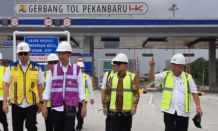 Presiden Joko Widodo (kedua kiri) didampingi Menteri PUPR Basuki Hadimuljono melakukan peninjauan pembangunan ruas Tol Pekanbaru-Dumai di Provinsi Riau, Jumat (21/2 - 2020). Ruas tol Pekanbaru/Dumai ditargetkan rampung pada April 2020. Peningkatan infrastruktur termasuk lewat Trans Sumatra diharapkan bisa meningkatkan perekonomian dan dongkrak daya saing Indonesia. Bisnis/Agne Yasa.