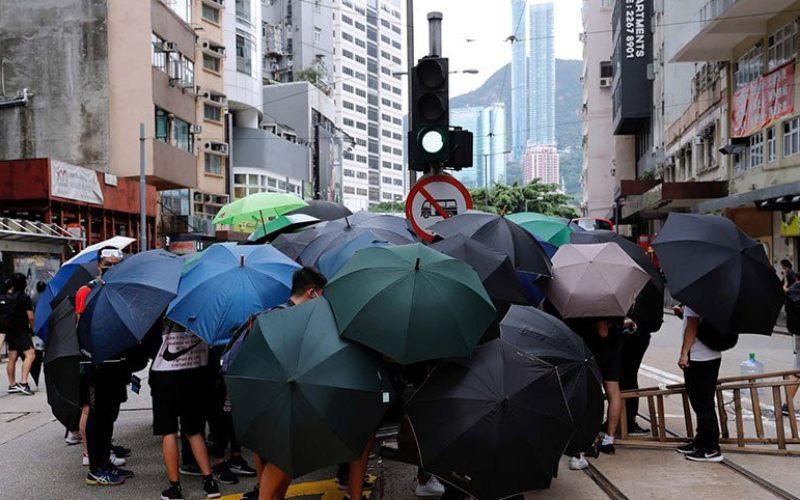 Pengunjuk rasa anti pemerintah memasang penghalang jalan dibawah payung saat berdemo menentang rencana Beijing memberlakukan uu keamanan nasional di Hong Kong, China, Minggu (24/5/2020)/Antara/Reuters/Tyrone Siu - am.