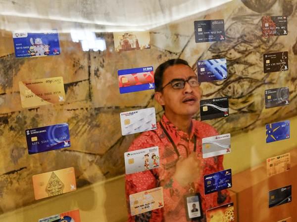 Pengunjung mengamati kartu berlogo Gerbang Pembayaran Nasional di sela-sela peluncurannya di Jakarta, Kamis (3/5/2018). - JIBI/Felix Jody Kinarwan