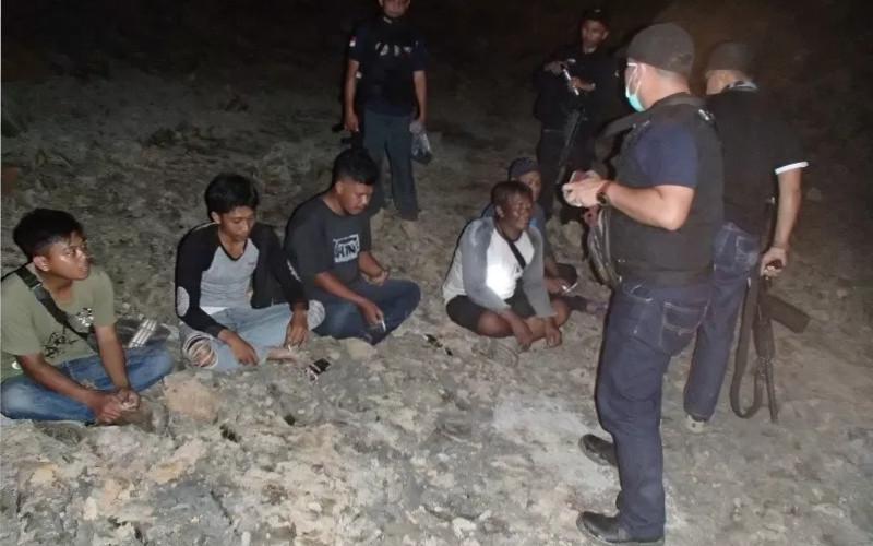 Petugas mengamankan para penambang ilegal. ANTARA - HO