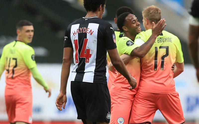 Kevin de Bruyne (kanan) yang baru mencetak gol untuk Manchester City dari titik penalti ke gawang Newcastle United disambut Raheem Sterling. - TheFA.com