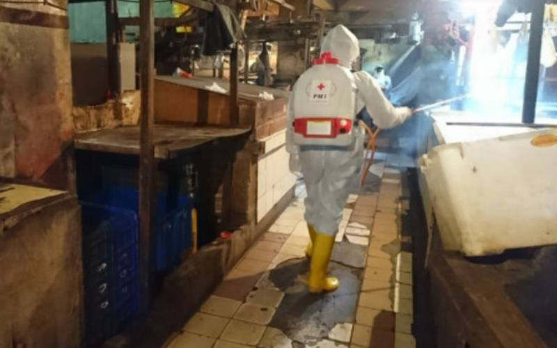 Palang Merah Indonesia (PMI) Jakarta Timur melakukan penyemprotan cairan disinfektan di tiga pasar tradisional di Kecamatan Pulogadung dan Cakung. - beritajakarta