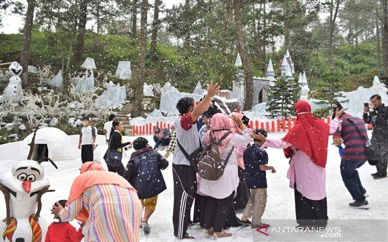 Sejumlah pengunjung dengan tetap menerapkan protokol kesehatan menikmati suasana taman salju di The Lawu Park Desa Gondosuli Kecamatan Tawangmangu Kabupaten Karanganyar Jateng, Minggu (28/6/2020). - Antara/Bambang Dwi Marwoto