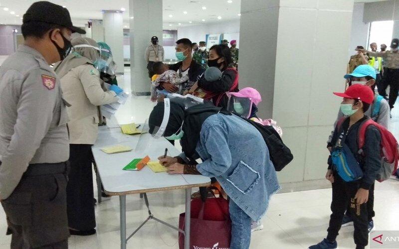 Pemeriksaan dokumen kesehatan penumpang di Bandara Domine Eduard Osok Sorong. - Antara/Ernes Kakisina