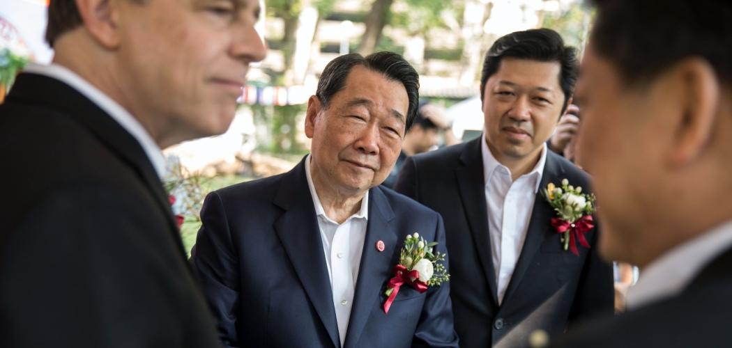 Chairman Charoen Pokphand Group Dhanin Chearavanont (tengah kiri) dan putra bungsunya, CEO Charoen Pokphand Group Suphacai Chearavanont (tengah kanan), dalam sebuah konferensi pers di kediaman Duta Besar AS untuk Thailand di Bangkok, Thailand, Kamis (18/1/2018). - Bloomberg/Taylor Weidman
