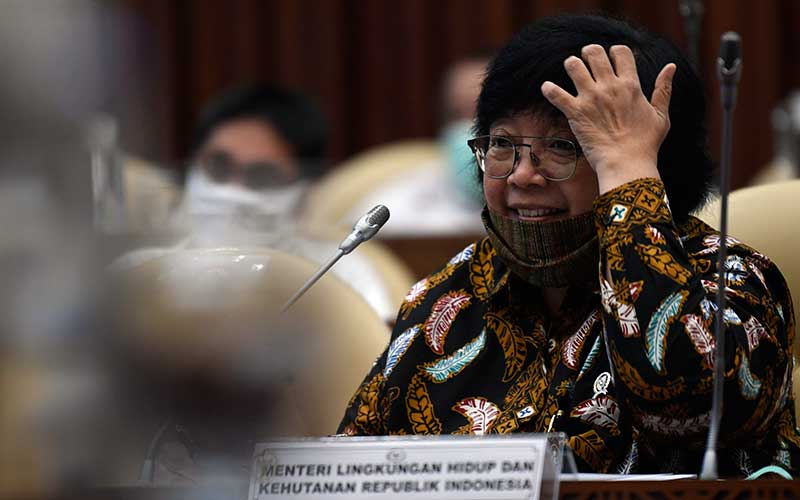 Menteri Lingkungan Hidup dan Kehutanan Siti Nurbaya mengikuti Rapat Kerja dengan Komisi IV DPR di Kompleks Parlemen Senayan, Jakarta, Rabu (24/6/2020). Rapat tersebut membahas RKA K/L dan RKP K/L Tahun 2021 serta evaluasi pelaksanaan APBN 2019 Kementerian LHK. ANTARA FOTO - Puspa Perwitasari