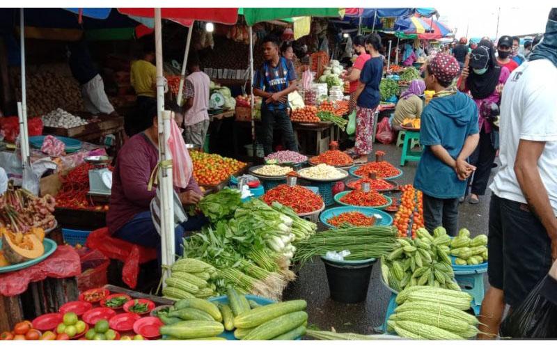 Lapak sayuran di Pasar Mardika, Ambon. - Antara/John Soplanit