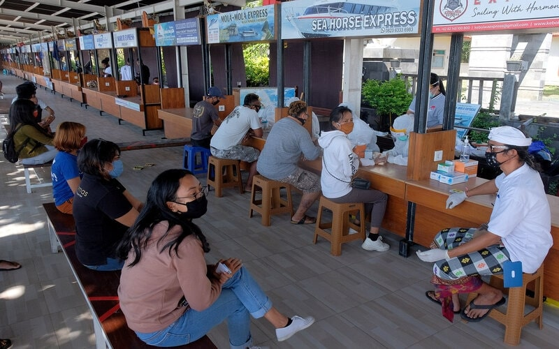 Pekerja jasa penyeberangan mengikuti rapid test atau tes cepat Covid-19 di kawasan Pelabuhan Sanur, Denpasar, Bali, Sabtu (27/6/2020). Tes cepat Covid-19 tersebut diikuti 208 orang sebagai tahapan awal menuju adaptasi normal baru di kawasan pariwisata dan jalur penyeberangan wisatawan ke pulau Nusa Penida. - Antara/Nyoman Hendra Wibowo