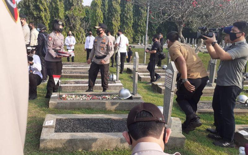 Kapolri Jenderal Pol Idham Azis didamping Pejabat Utama Polri melakukan ziarah ke makam mantan Kapolri di TMP Kalibata pada Senin (29/6/2020) pagi - Bisnis/ Sholahuddin Al Ayubbi.