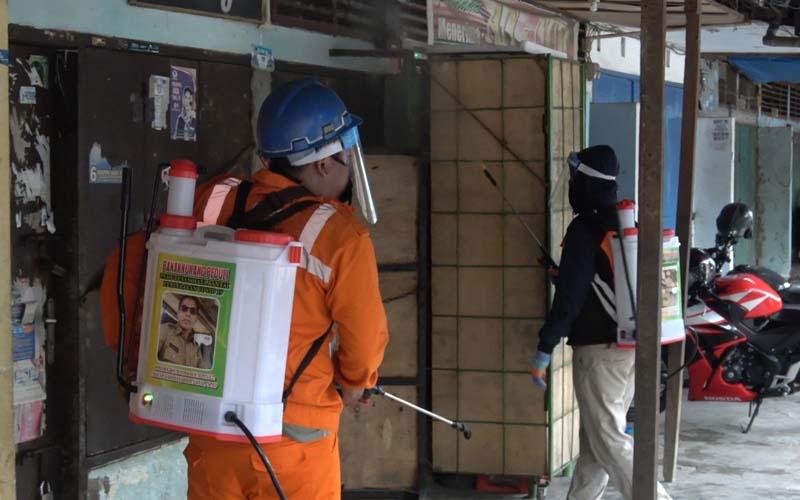 PD Pasar Makassar Raya bersama tim gabungan melakukan penyemprotan disinfektan di pasar-pasar tradisional di Makassar. - Foto/istimewa