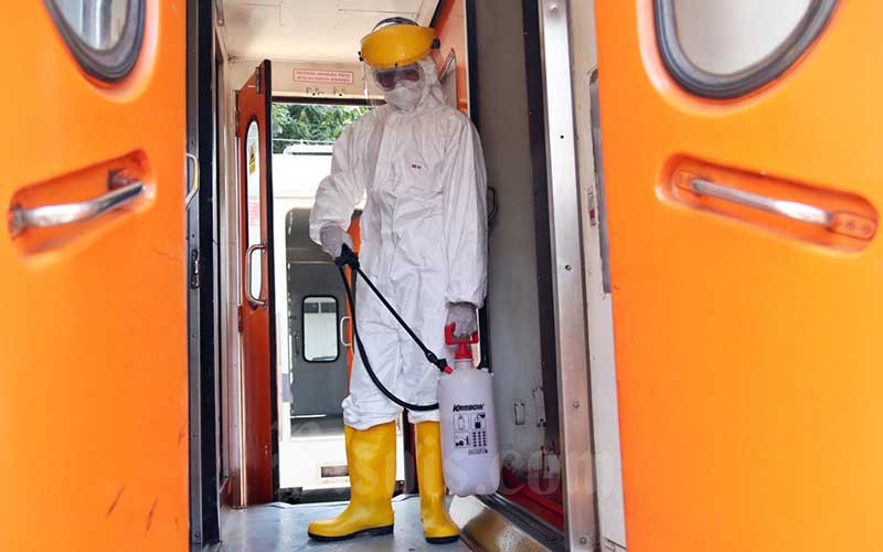 Petugas saat melakukan penyemprotan disinfektan pada gerbong kereta api di Stasiun Pasar Senen, Jakarta, Minggu (15/3/2020). Bisnis - Eusebio Chrysnamurti