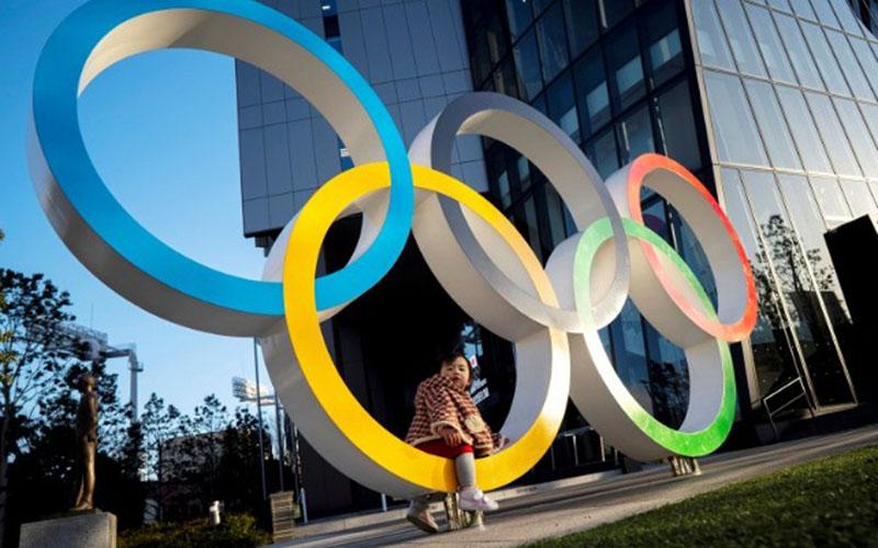 Seorang anak berpose untuk foto dengan cincin Olimpiade di depan Museum Olimpiade Jepang di Tokyo, Jepang, Senin (17/2/2020)./Antara - Reuters