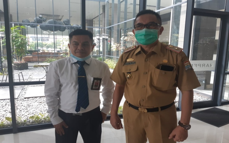 Direktur Utama PT BPR Kota Palembang Syafril (dari kiri) bersama Asisten III Setda Kota Palembang Agus Kelana usai RUPS PT BPR Kota Palembang tahun buku 2019. - Bisnis/Dinda Wulandari