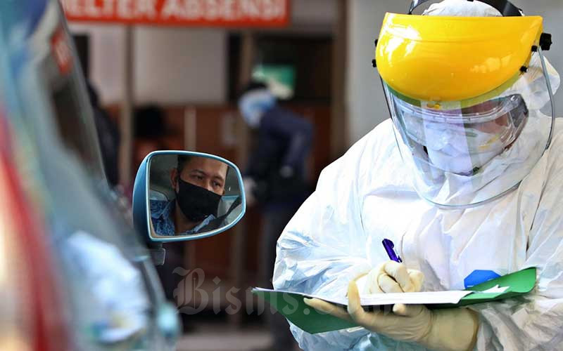 Petugas medis melakukan tes cepat (Rapid Test) COVID-19 kepada pengemudi angkutan umum di Kantor Pusat Kementerian Perhubungan, Jakarta, Senin (20/4/2020). Bisnis - Eusebio Chrysnamurti