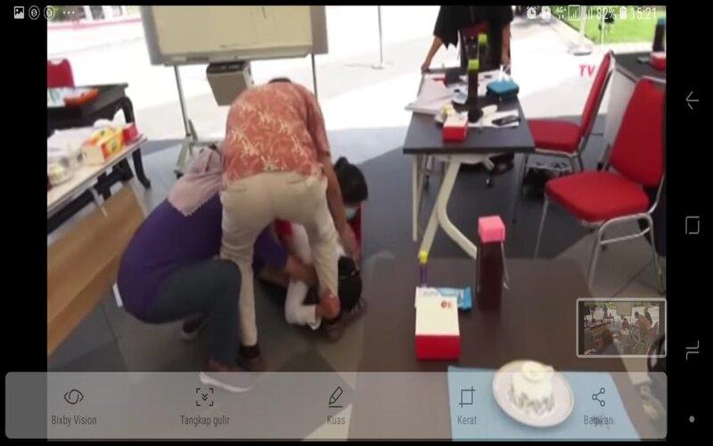 Tangkapan layar Risma bersujud memegangi kaki dokter saat audiensi di Balai Kota Surabaya, Senin (29/6/2020) - KompasTV