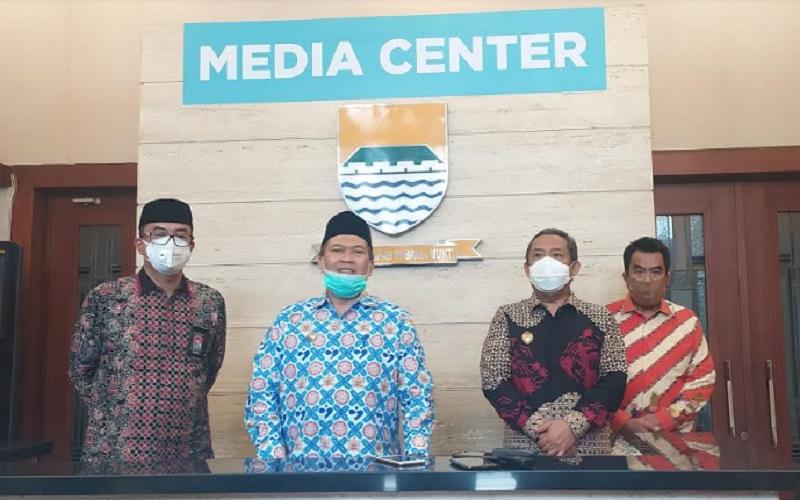 Wali Kota Bandung Oded M. Danial (kedua kiri) - Bisnis/Dea Andriyawan