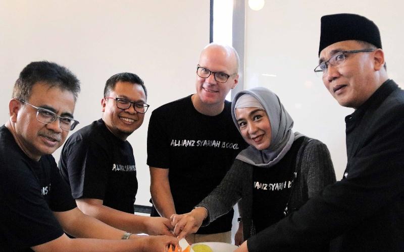 Country Manager and President Director Allianz Life Indonesia Joos Louwerier (tengah) dan Pimpinan Unit Usaha Syariah Allianz Life Indonesia Yoga Prasetyo(kedua kiri) berfoto saat peluncuran Allianz Sharia Business Lounge di Allianz Tower, Jakarta - Dokumen perusahaan