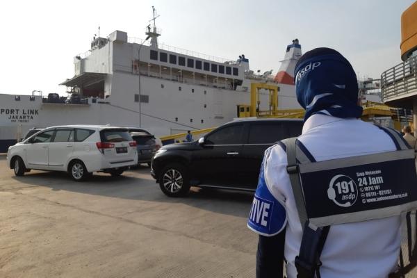 Petuga ASDP mengatur kendaraan pribadi yang akan masuk ke dalam kapal Port Link di pelabuhan penyeberangan Merak, Banten Jumat (31/5/2019) - Bisnis/David Eka Issetiabudi