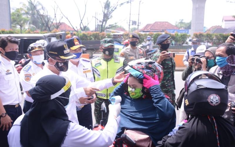 Walikota Palembang mengecek penerapan PSBB di salah satu checkpoint. istimewa