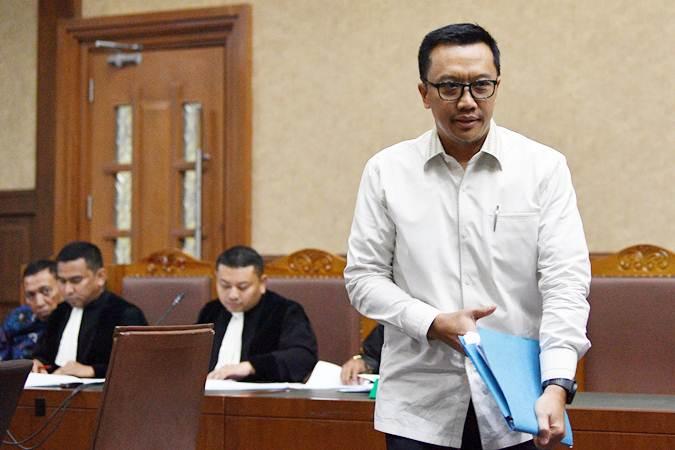 Menpora Imam Nahrawi (kiri) meninggalkan ruangan untuk menunggu giliran bersaksi dalam sidang kasus dugaan suap dana hibah KONI dengan terdakwa Sekjen KONI Ending Fuad Hamidy di Pengadilan Tipikor, Jakarta, Senin (29/4 - 2019).ANTARA/Sigid Kurniawan
