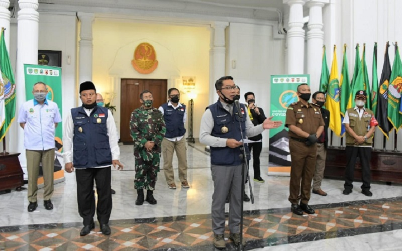 Gubernur Jabar Ridwan Kamil (tengah)