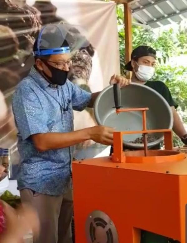 Head of Corporate Communication Division PT. Indofood Sukses Makmur Tbk, Stefanus Indrayana memperlihatkan penggunaan sampah olahan berupa pelet - briket sebagai bahan baku synthetic gas