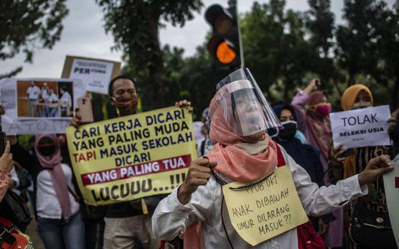 Sejumlah orang tua murid terdampak PPDB DKI Jakarta yang memberlakukan syarat usia berunjuk rasa di depan Gedung Balai Kota DKI Jakarta pada Selasa (23/6/2020)./Antara - Aprilio Akbar