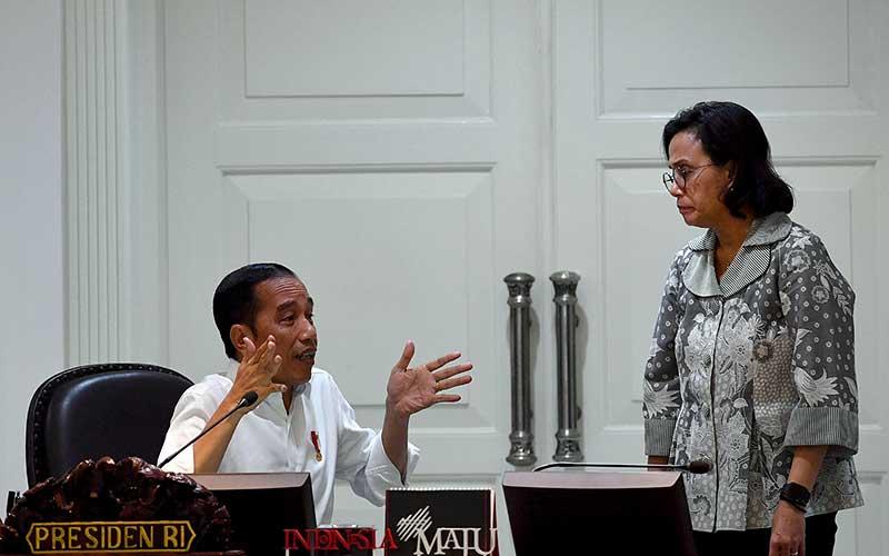 Presiden Joko Widodo (kiri) berbincang dengan Menteri Keuangan Sri Mulyani sebelum memimpin rapat terbatas di Kantor Presiden, Jakarta, Rabu (11/3/2020). Rapat tersebut membahas percepatan penyelesaian permasalahan pertanahan Sumatera Utara. ANTARA FOTO - Sigid Kurniawan