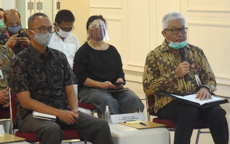 Direktur pengembangan bisnis Jakpro, Hanief Arie Setianto (kiri), Direktur Keuangan Jakpro Yuliantina Wangsawiguna (tengah) dan Direktur Utama Jakpro Dwi Wahyu Daryoto (kanan) saat bertemu anggota Komisi B DPRD DKI Jakarta di Jakarta, Senin (29/6/2020) - Antara/Fauzi Lamboka