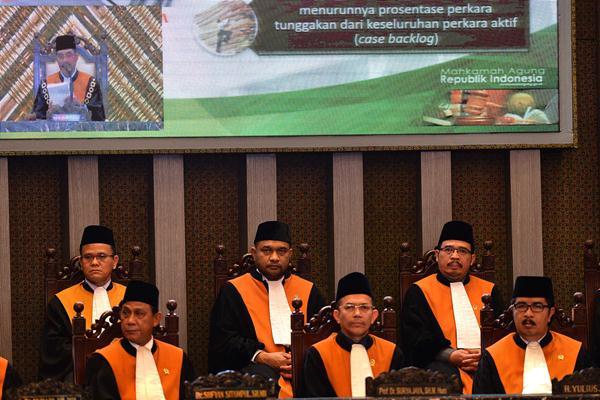 Sejumlah hakim agung dan hakim ad hoc mengikuti Sidang Pleno Laporan Tahunan 2016 yang dipimpin Ketua Mahkamah Agung (MA) M. Hatta Ali di Gedung MA, Jakarta, Kamis (9/2). - Antara