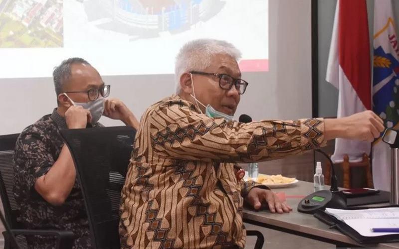Direktur Utama Jakpro, Dwi Wahyu Daryoto (kanan) saat bertemu Komisi B DPRD DKI Jakarta di Jakarta, Senin (29/6/2020). - Antara