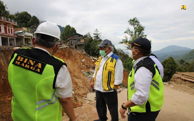 Menteri PUPR, Basuki Hadimuljono meninjau lokasi bencana longsor di Kota Palopo, Minggu (28/6 - 2020). Foto Dokumentasi Kementrian PUPR