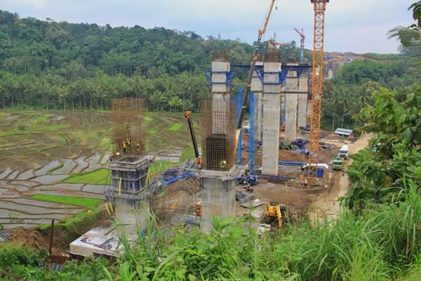 Proyek Jembatan Kali Klenteng berada di ruas tol Salatiga-Kartasura yang merupakan Seksi 3 dan 4 tol Semarang-Solo sepanjang 32 km. Tiang pancang sebagian berdekatan dengan lahan persawahan. - Dok. Kementerian PUPR