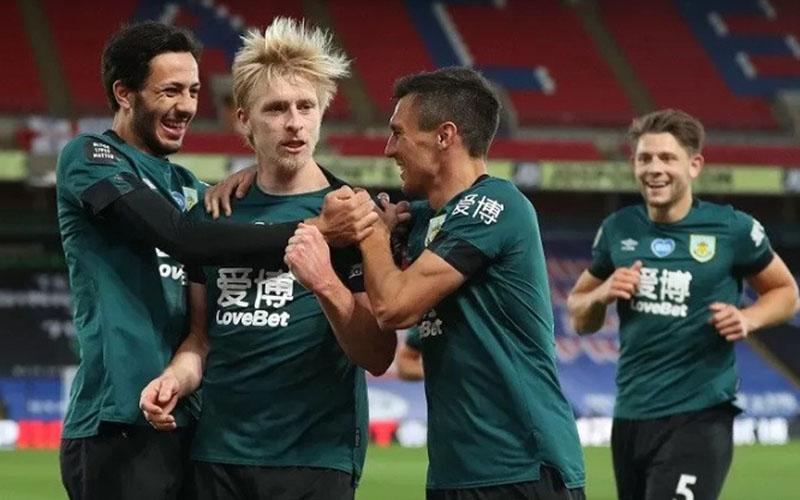 Bek Burnley Ben Mee (kedua kiri) melakukan selebrasi bersama rekan-rekannya usai mencetak gol ke gawang Crystal Palace./Antara - Reuters.