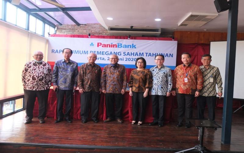 Jajaran Komisaris dan Direksi PT Bank Pan Indonesia Tbk. (Bank Panin) usai RUPST, di Jakarta, Jumat (16/6/2020). Dari kiri ke kanan: Lintang Nugroho, Chandra R Gunawan, Nelson Tampubolon, Herwidayatmo, Marlina Gunawan, Lionto Gunawan, Haryono, Ahmad Hidayat.  - Dokumen Bank Panin.
