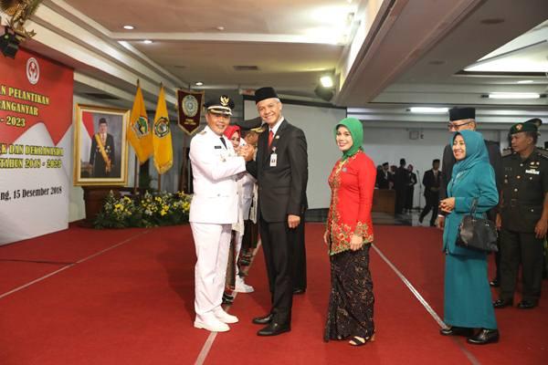 Gubernur Jawa Tengah Ganjar Pranowo saat melantik Bupati Karanganyar Juliyatmono,Sabtu (15/12). JIBI/BISNIS - Alif Nazzala Rizqi