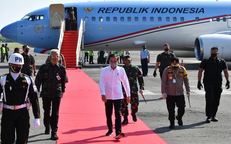 Presiden Joko Widodo disambut Gubernur Jawa Tengah Ganjar Pranowo saat melakukan kunjungan kerja ke Jawa Tengan untuk memantau penanganan Covid-19 dan terkait ekonomi, Selasa (30/6/2020). Biro Pers Sekretariat Presiden - Laily Rachev