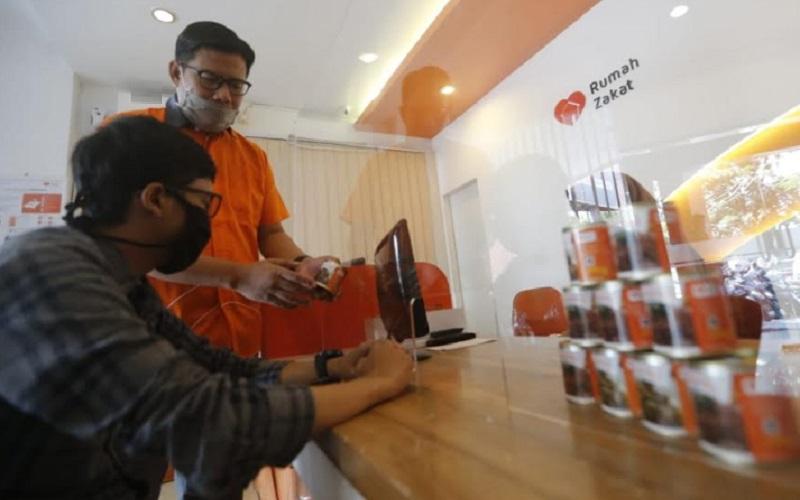 CEO Rumah Zakat, Nur Efendi memperlihatkan produk Superqurban dari Rumah Zakat - Bisnis/Dea Andriyawan