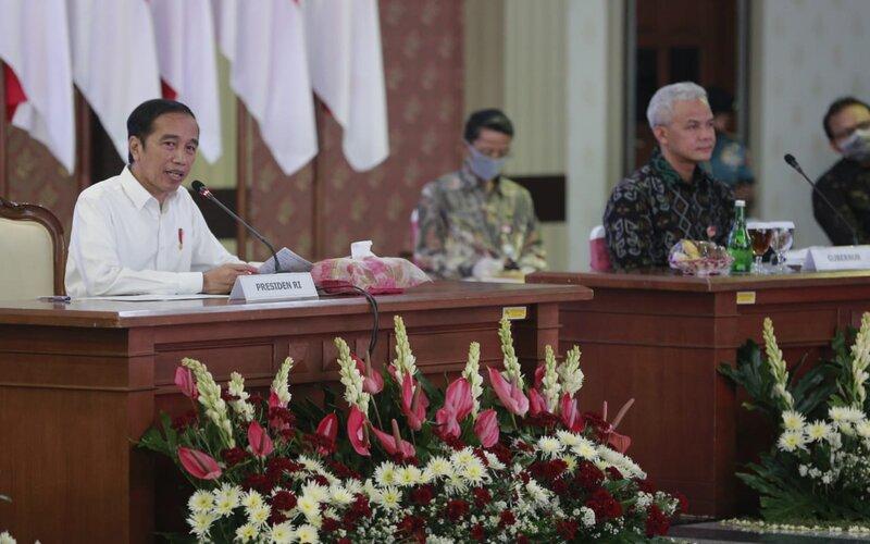 Gubernur Jawa Tengah Ganjar Pranowo (kanan) saat melakukan rapat dengan Presiden RI Joko Widodo di Gradhika Bakti Praja Semarang.