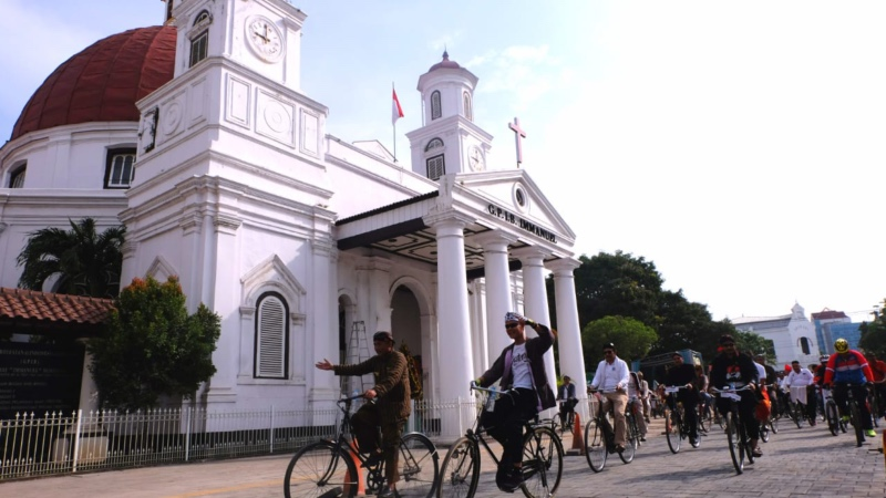 Gubernur Jawa Tengah (Jateng) Ganjar Pranowo mengayuh sepeda ontel bersama para tokoh lintas agama mengelilingi Semarang, Jateng, Minggu (23/12/2018). - JIBI/Alif Nazzala Rizqi