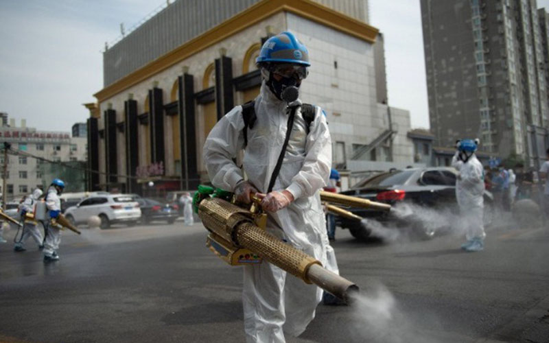 Anggota tim dari organisasi sipil untuk penyelamatan Beijing Blue Sky Rescue (BSR) melakukan disinfeksi di pasar grosir Yuegezhuang di Beijing, China, Selasa (16/6/2020)./Antara - Xinhua