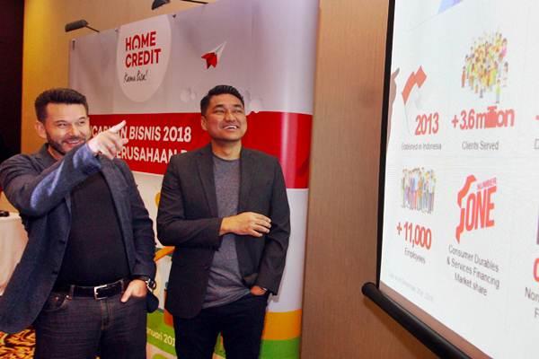 CEO PT Home Credit Indonesia Jaroslav Gaisler (kiri) berbincang dengan Chief External Affairs Andy Nahil Gultom di sela-sela paparan pencapaian bisnis 2018 & fokus perusahaan 2019 Home Credit Indonesia, di Jakarta, Senin (14/1/2019). - Bisnis/Abdullah Azzam