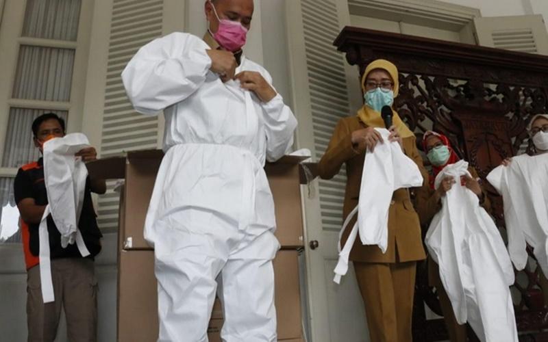 Kepala Labkesda DKI Endra Muryanto saat mencoba APD coverall bantuan dari Pemprov DKI Jakarta baru -baru ini. - Istimewa