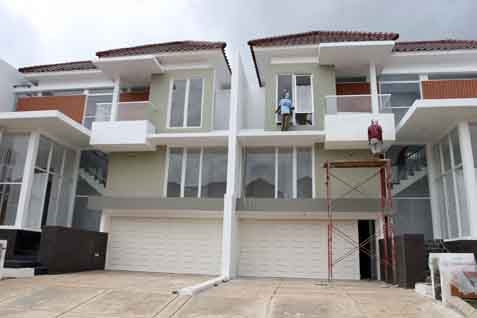 Pekerja sedang menyelesaikan pembangunan rumah. - Bisnis
