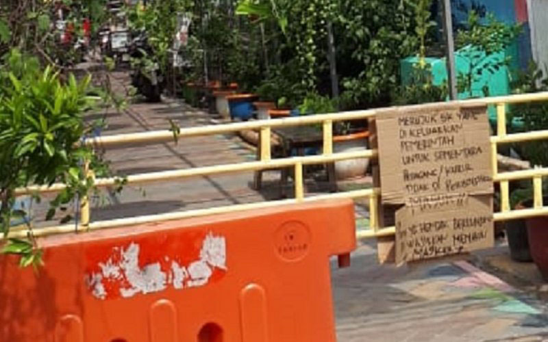 Warga membuat tulisan di pintu masuk pemukiman saat PSBB Kota Tangerang seperti yang berlokasi di Kampung Bekelir Cikokol. - Antara/Irfan