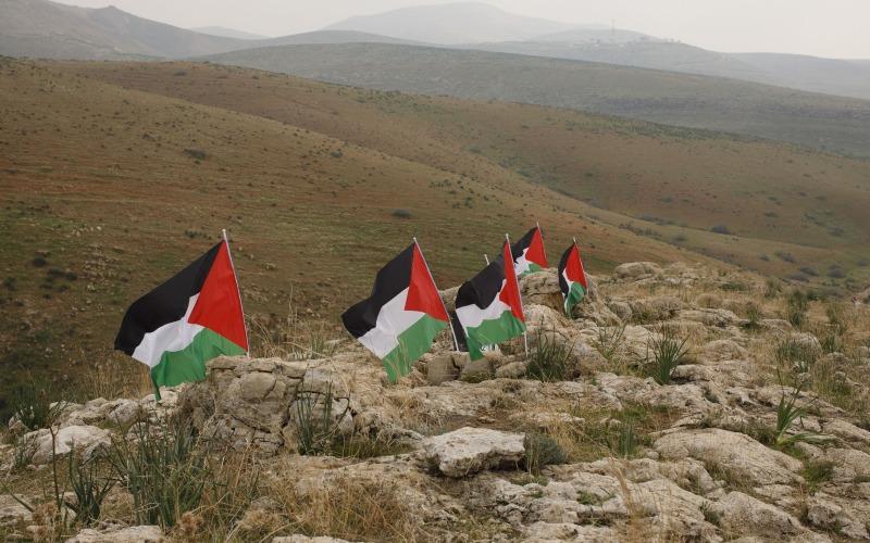 Bendera Palestina dipasang berderet di Lembah Yordania, Tepi Barat. - Bloomberg/Kobi Wolf