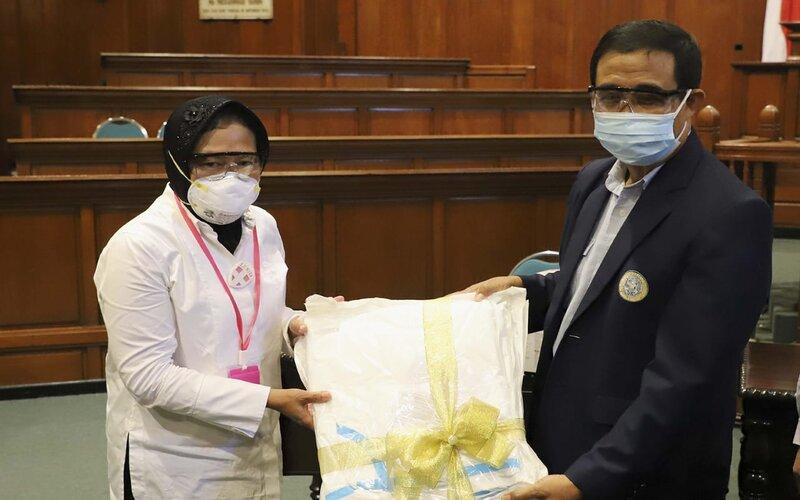 Wali Kota Surabaya Tri Rismaharini menyerahkan bantuan ke RS Unair.